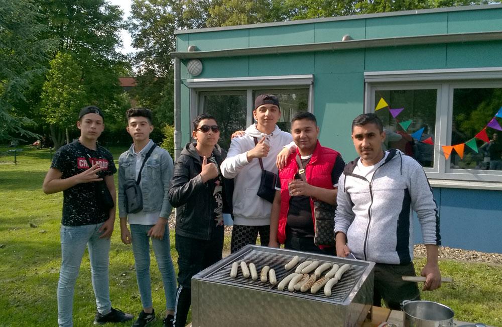 Jugendliche beim Grillen